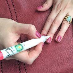 """Reparo rapidex nas cutículas para uma cara de """"acabei de sair da manicure"""" - dentro do ônibus, no meio da viagem! O esmalte lindo é o Valentines da @brutavaresppf ❤ #praticidades #primecuticle"""