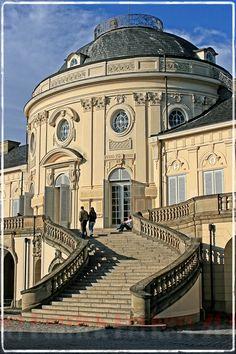 Solitude Castle, Germany, Schloss Solitude wurde zwischen 1763 und 1769 von Johann Friedrich Weyhing und Philippe de La Guêpière als Jagd- und Repräsentationsschloss unter Herzog Carl Eugen von Württemberg erbaut. Im Jahre 1858 wurde die Solitude Teil der Gemeinde Gerlingen.
