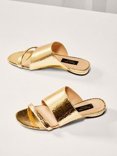 33 Summer Flat Sandals To Update You Wardrobe Now sandals shoes heeledmules slidesandals 649925789957224039 Mules Shoes Flat, Shoes Flats Sandals, Shoe Boots, Flat Sandals, Leather Sandals, Women's Shoes, Dance Shoes, Womens Summer Shoes, Everyday Shoes