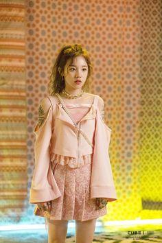 """Latata"" MV behind the scenes - Yuqi Kpop Girl Groups, Korean Girl Groups, Kpop Girls, Stage Outfits, Kpop Outfits, Kpop Fashion, Korean Fashion, Moda Kpop, Kpop Mode"