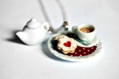 Collana Fimo e Ceramica Tazzina di Thè, Biscotti alla Marmellata e Teiera su Centrino a Pois Rosso - Gioielli Artigianali    Ho scelto un delizioso se