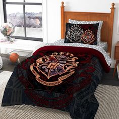 The Hogwarts Bed-In-A-Bag is all you need to feel like you are rooming at a wizard school. Both the sheets and comforter feature the Hogwarts crest all over. Décoration Harry Potter, Fans D'harry Potter, Harry Potter Bedroom, Harry Potter Outfits, Harry Potter Universal, Harry Potter Bed Sheets, Casas Estilo Harry Potter, Harry Potter Bricolage, New Room