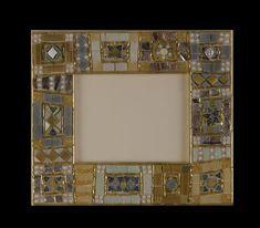 Cornice bronzo e grigio Realizzata in vetri artistici, vetri specchiati, murrine, oro e argento, perle di vetro. Dimensione:  24x19      misura esterna   (per fotografia 13x18 cm)                       21x 15,5  misura esterna  (per fotografia 10x15cm)                       17x15   misura esterna  (per fotografia 9x11 cm)