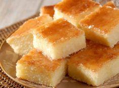 Receitas DA VOVÓ CELIA -  BOLO COCADA. Ingredientes: 2 xícaras (480 ml) de leite; 200 g de coco ralado; 2 colher de queijo parmesão ralado; 4 ovos;  2 xícara de farinha de trigo; 1 xícara de amido de milho; 6 colheres de margarina; 3/4 xícara de açúcar. Modo de preparo: Coloque todos os ingredientes no liquidificador e bata até que se forme uma mistura bem homogênea, se ficar muito grossa pode acrescentar mais um pouco de leite.Unte uma forma quadrada e leve para assar em forno bem quente.