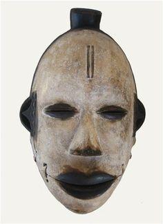 Mascara perteneciente a la etnia egoni realizada en madera   Procedente de Nigeria