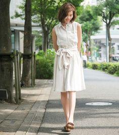 裾がふわっと広がるエアリーな素材が 大人の抜け感を出してくれる。 シルエットにメリハリをつけてくれる ウエストの太ベルトがスタイルを良く魅せてくれる