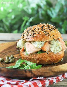 Tengo la costumbre de congelar todas las sobras de comida…así que pensando en cómo consumir un trozo de salmón cocido, encontré este bocadillo….y está muy rico! La combinación es la tradicional de salmón-alcaparras-eneldo, siempre un éxito… Ingredientes (4 personas): 4 … Sigue leyendo →
