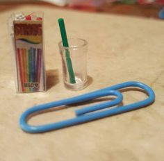 Projects From Linda in TN (Part II of Her Inspirations) updated – Indie MiniColored paper clips make great mini miniature straws.Train your eyes to look at things in a different way - paperclip for a straw Miniature Furniture, Doll Furniture, Dollhouse Furniture, Dollhouse Accessories, Barbie Accessories, Miniature Crafts, Miniature Dolls, Diy Doll Miniatures, Plastic Picture Frames