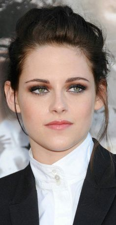 Discover recipes, home ideas, style inspiration and other ideas to try. Kristen Stewart Girlfriend, Kristen Stewart Short Hair, Kristen Stewart Twilight, Kristen Stewart Pictures, Kirsten Stewart Style, Kellan Lutz, Actrices Hollywood, Princess Kate, Beautiful Celebrities