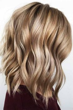 Caramel Beachy Waves Styling mediumhair bob Let us guide you in the world of medium hair styles We have a collection of the trendiest hairstyles for ladies with shoulder length hair lovehairstyles hair hairstyles haircuts # Visage Plus Mince, Wedge Haircut, Medium Hair Cuts, Style Medium Hair, Haircuts For Medium Length, Blonde Hair Styles Medium Length, Medium Hair Waves, Medium Haircuts For Women, Medium Length Waves