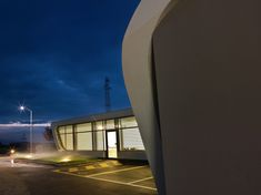 Image 8 of 19 from gallery of Gazoline Petrol Station / Damilano Studio Architects. Photograph by Andrea Martiradonna Resorts, American Gas, Mix Use Building, Filling Station, Roof Plan, Reinforced Concrete, Gas Station, Italy, Mansions