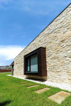 Analizaremos el diseño de una hermosa casa moderna de dos pisos que ha combinado casi a la perfección dos materiales de construcción como son la madera y la piedra en las fachadas, al final descubr…