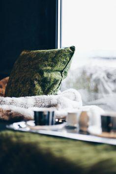 Einrichtungsideen, Frühlings-Deko, Esstisch, Fensterbank, Sofa, Samt, Wohnbereich dekorieren, Interior Blog, Interior Magazin, whoismocca.com     #homeinterior #whoismocca #interiordesign #einrichtungsideen #frühlingsdeko #ostern #spring #textilien #stoffe #kissen #decken #farben #materialien #tirol #flagshipstore #einrichtungexperten #inspiration Interiordesign, Home Interior, Blog, Vase, Throw Pillows, Trends, Inspiration, Home Decor, Living Area