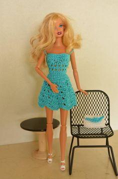Conjunto de vestido y bolso para Barbie, confeccionado a crochet en hilo de algodón azul de alta calidad. Crochet Barbie Clothes, Ken Doll, Barbie World, Barbie And Ken, Barbie Dress, Doll Furniture, Crochet Accessories, Crochet Patterns, Knitting