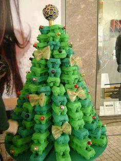 arbol de navidad con hueveras