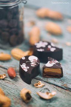 ízharmonikus: Mogyoróvajas-tejcsokis bonbon Lollipop Candy, Waffle House, Macaron, Waffles, Food Photography, Food And Drink, Ice Cream, Yummy Food, Cookies