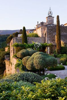 La Carmejane - Eagles nest garden in Luberon | Photo by Clive Nichols