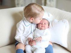 Jetzt ist die Royal Family um Prinz William und Herzogin Kate perfekt: Nach Prinz George gehört seit dem 2. Mai auch eine kleine Prinzessin zur Familie! Hier zeigen wir die schönsten Bilder der süßen