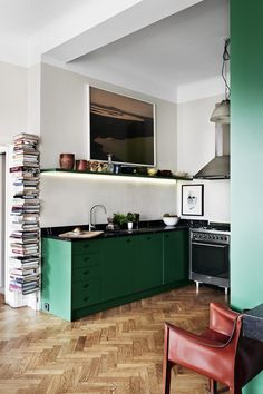 L& d& cuisine verte qui reste pourtant sobre The example of a green kitchen that remains sober Green Kitchen Cabinets, Kitchen Dining, Kitchen Decor, Kitchen Modern, Kitchen Walls, Basement Kitchen, French Kitchen, Decorating Kitchen, Kitchen Counters