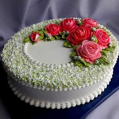 Image may contain: food Cake Decorating Frosting, Cake Decorating Designs, Creative Cake Decorating, Cake Decorating Videos, Cake Decorating Techniques, Creative Cakes, Wedding Cakes With Cupcakes, Fondant Cupcakes, Buttercream Cake