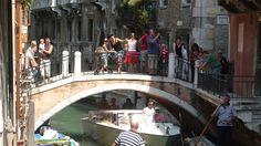 Z lotu ptaka miasto ma kształt ryby przeciętej ogromną, odwróconą literą S, uformowaną przez Kanał Grandę. Najstarszą część stanowi strefa wokół mostu Rialto, gdzie na początku IX w. przeniosły się wła