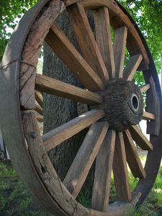 Antigua rueda de carreta utilizada para transportar cereales