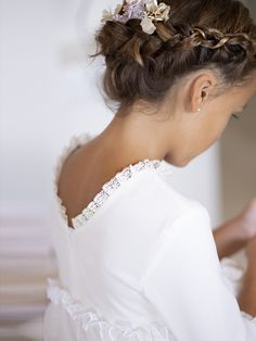 Best Picture For flower girl hairstyles with ribbon For Your Taste You are looking for something, an Holy Communion Dresses, First Communion, Flower Girl Hairstyles, Diy Hairstyles, Ribbon Hairstyle, Communion Hairstyles, Girl Hair Dos, Vintage Girls Dresses, Angel Dress
