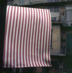 """Daniel Buren: Photo-souvenir : Peinture suspendue, juin 1972 in """"Invito a leggere come indicazione di quello che c'è da vedere"""", [galerie] Sperone, Rome, Italie"""
