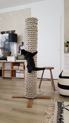 Krabpaal van oud tapijt – Marloes Wonen Cat House Diy, Diy Cat Tree, Cat Activity, Cat Towers, Cat Playground, Cat Shelves, Cat Scratching Post, Cat Scratcher, Cat Room