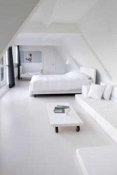 love the simplicity.....am such a fan of white interiors even though most of them are non liveable with animals or children:-)