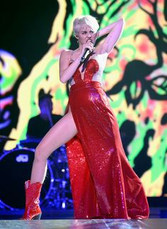 Miley Cyrus in her Bangerz debut concert Miley Cyrus Performance, Miley Cyrus 2013, Miley Cyrus Pictures, Music Icon, Wwe Divas, Hemsworth, Aurora Sleeping Beauty, Female, Formal Dresses