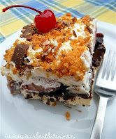 Frozen Banana Split Squares-This has to be one of the easiest no bake dessert recipes around. Just layer all of the ingredients (including ice cream bars) in a casserole dish and freeze. Easy No Bake Desserts, Köstliche Desserts, Frozen Desserts, Frozen Treats, Delicious Desserts, Dessert Recipes, Yummy Food, Summer Desserts, Creative Desserts