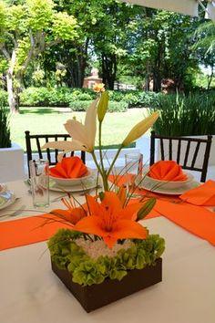 #Bodas Centro de mesa naranja con blanco Quinta Pavo Real del Rincón www.pavorealdelrincon.com.mx