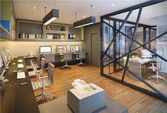 Office futurista e aconchegante com piso em madeira. Composição de cinza, branco, preto e amarelo.