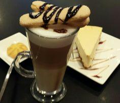 Latte en cheese cake bij IJspressi