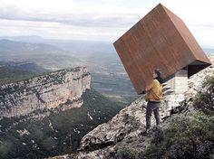 Смотровая площадка в виде падающего куба в горах Монпелье
