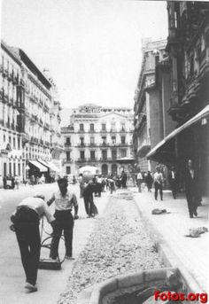 Gran-v_a-estrechamiento-de-aceras-Granada-antigua1 Granada, Madrid, Street View, Architecture, White People, Black, Sidewalks, Antique Photos, Cities