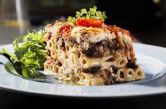 Gode pastarør med aubergine gjør denne retten ekstra smakfull. «The mad apple» som aubergine også kalles er ekstra bra for hjernecellene. Spis deg klok.