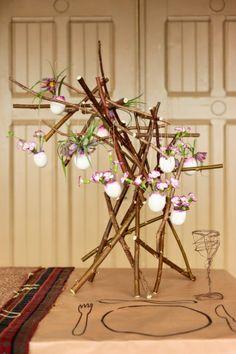 Stilvolle Zweig-Kreation mit Blumen-Eiern #blumen #flowers #diy #twbm #easter #ostern