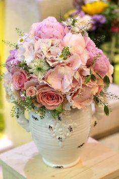 Ružová svadobná kytica z hortenzií, ruží a kamiliek