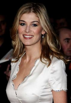 Rosamund Pike in Still dating her Boyfriend Robie Uniacke? Does Rosamund Pike have tattoos? + Body measurements & other facts Beautiful Celebrities, Beautiful Actresses, Most Beautiful Women, Stunningly Beautiful, Absolutely Gorgeous, Beauté Blonde, Bond Girls, British Actresses, English Actresses