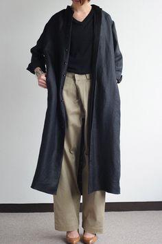 オーバーシルエットのロングコートは、あえてワイドパンツと合わせるのが「井出流」。
