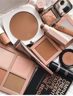 Mineral makeup is the latest thing and it's based on the earliest things. As a natural makeup, these mineral-containing makeups are being promoted as something that can in fact assist your skin. Makeup Kit, Skin Makeup, Makeup Blog, Makeup Ideas, Candy Makeup, Gold Makeup, Makeup Brands, Best Makeup Products, Beauty Products