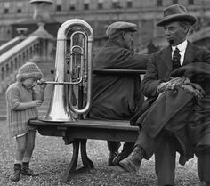 La bambina e il bassotuba.  Una bambina sbircia dentro un bassotuba fuori dal Crystal Palace, durante il Festival nazionale delle bande. Londra, ottobre 1923 (Topical Press Agency/Getty Images)