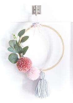 Pom Pom Embroidery Hoop Wreath for Spring - Pom Pom Wreath - Embroidery Hoop Wreath. Easy Spring wreath diy with pom poms and embroidery hoop. Diy Tassel Garland, Pom Pom Wreath, Yarn Pom Poms, Pom Pom Flowers, Diy Spring Wreath, Diy Wreath, Christmas Pom Pom Crafts, Fleurs Diy, Diy Décoration