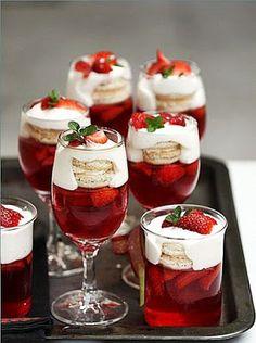 Gelatina de Morango com Champagne // 1 gelatina sabor morango- 400ml de champagne- 100ml de água quente- 1 bandeja de morangos picados- 300ml de chantilly- suspiros ou macarons ( a sua escolha)- folhinhas de hortelã para decorar-