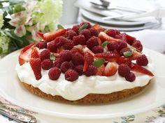 Mandelbunn med krem og bær