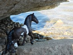 AWP: Schleich - at first I thought it was a mountainscape in the background, but found it was the rocks in a riverbank. Schleich Horses Stable, Horse Stables, Horse Barns, Diy Horse Toys, Horse Crafts, Bryer Horses, Walking Horse, Western Movies, Horse Photos