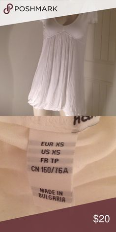 H&M PRETTY WHITE TOP TUNIC This is by H&M it's a simple white top but very pretty on on the bottom hem it curves and kind of like the balloon dresses but it is very flattering with a beautiful V-neck and gorgeous sleeves you will love this H&M Tops Blouses