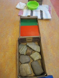Blote voetenpad. Keien, lego platen en warm water. Nutsschool Maastricht Classroom, Teaching, School, Games, Childhood Games, Gaming, Class Room, Education, Onderwijs